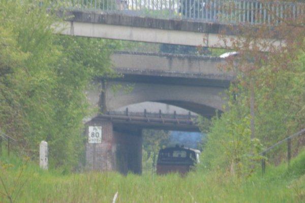 Passage de la locomotive BB63500 du CFVE sous le pont de la route de Vernon