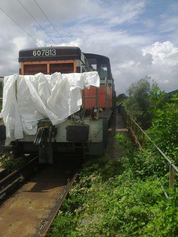 Rame du CFVE arrêtée sur le pont de Cocherel vue de face