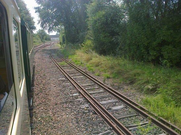Vue sur les voies à doubles écartement du Chemin de Fer de la Baie de Somme