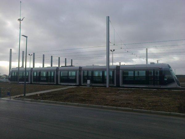 Nouveau tram de Caen exposé dehors le 2 mars 2019