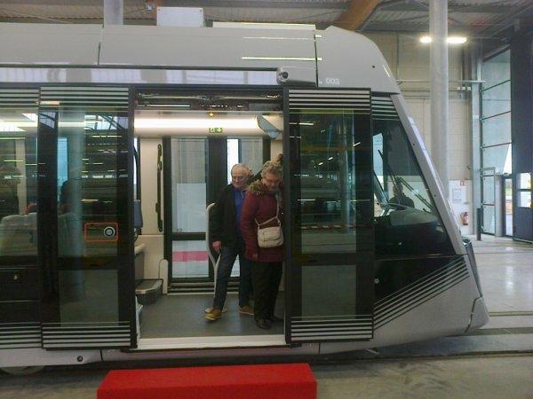 Porte latérale avant du nouveau tram de Caen