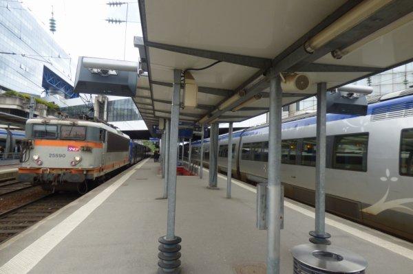 Rame tirée par une 25200 et AGC en gare de Rennes