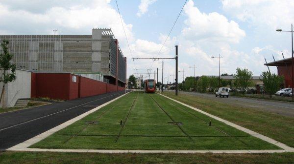 Le Mans - Manoeuvre d'un tram au terminus à l'Université