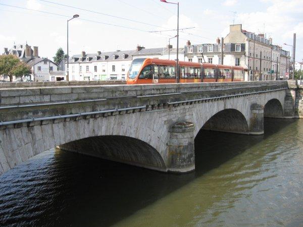 Le Mans - Passage du tram sur la Sarthe