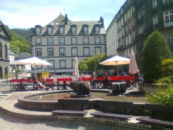 Fontaine et terrasse au Mont Dore