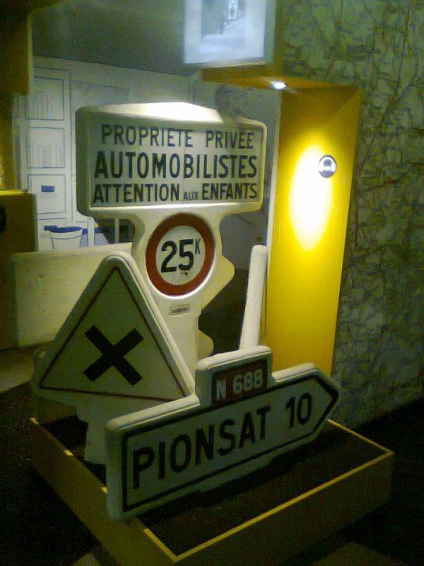 Musée l'Aventure Michelin - Divers panneaux de signalisation fabriqués par Michelin