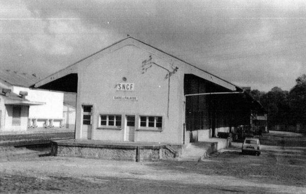 Ancienne gare de Falaise vue de la route de Caen à Argentan