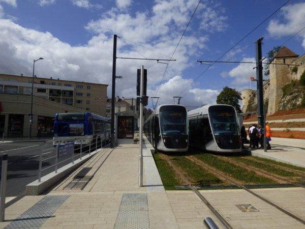 Deux trams et un bus de Caen à la station Chateau Quatrans le 19 août 2019