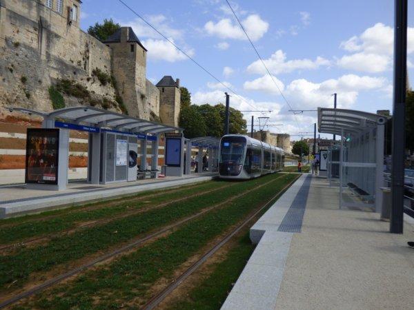 Départ d'une rame de la ligne T3 de Caen vers son terminus Fleury