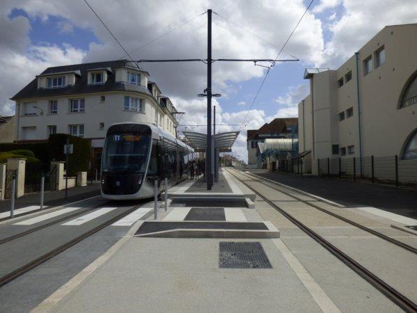 Une rame vers Hérouville St Clair à la station Victor Lépine à Caen