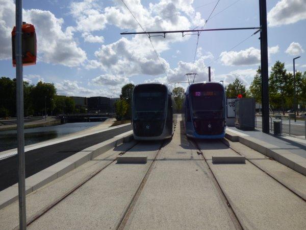 Deux rames à la station terminus Caen Presqu'ile