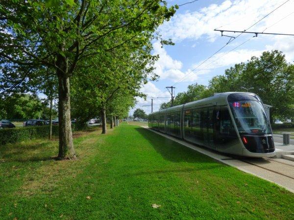 Une rame à la station terminus Caen Campus 2