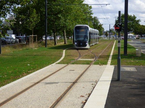 Entrée d'une rame à la station terminus Caen Campus 2