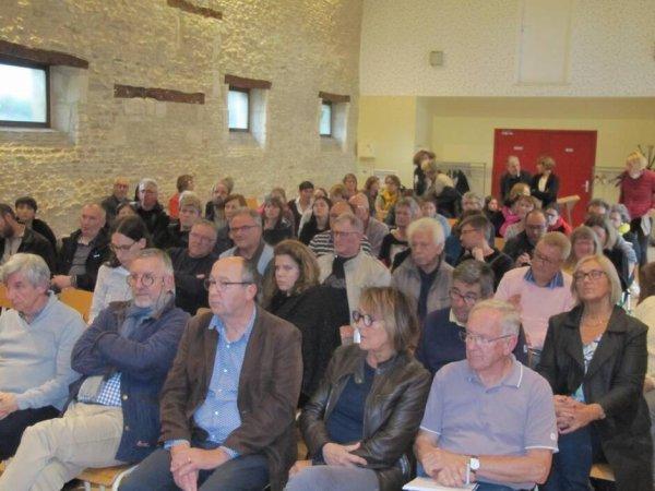 Salle pleine au foyer rural de Moult le 11 octobre 2019 lors de la réunion publique sur les futurs horaires de trains à Moult Argences