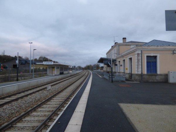 Quais, voies, et bâtiments à L'Aigle en direction de Paris