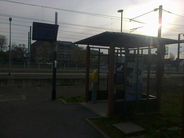Distributeur de billets et abri à vélo de la gare de Lamballe