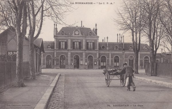 La gare d'Argentan était belle avec son horloge sur sa façade