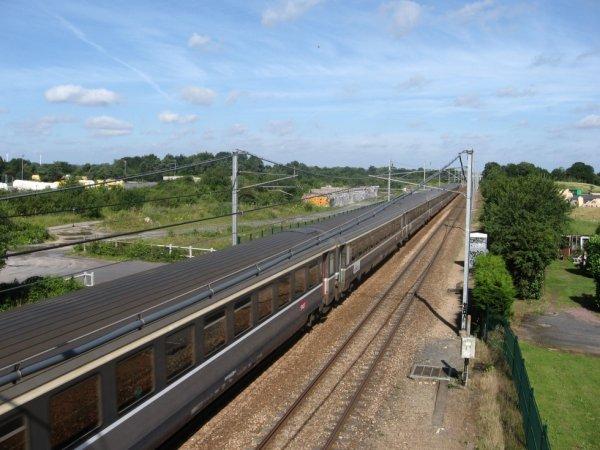 Passage d'un train Corail Intercités en gare de Moult-Argences le 13 juillet 2007 en direction de Caen