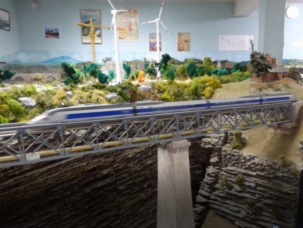 Que fais un TGV sur le Viaduc de la Souleuvre ?