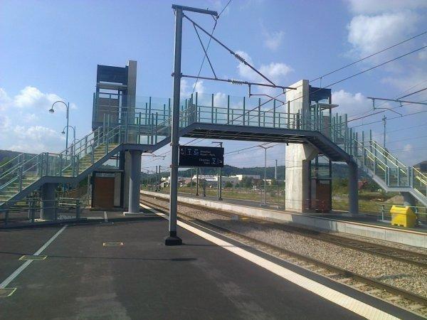 Passerelle et voies à Elbeuf Saint Aubin en direction de Caen