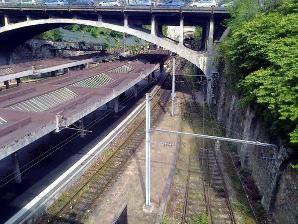 Vue sur les voies de la gare de Rouen Rive Droite depuis le parking