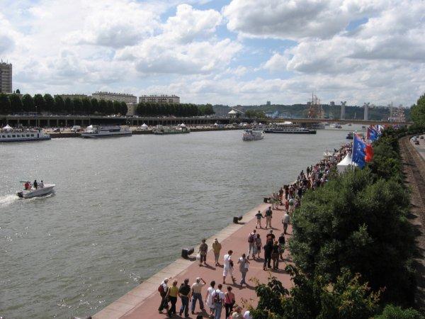 La foule et les bateaux sur les quais de Seine à Rouen pour l'Armada de 2008