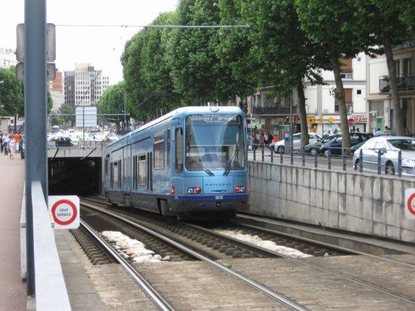 Ancien Tramway TFS de Rouen qui sort d'un tunnel