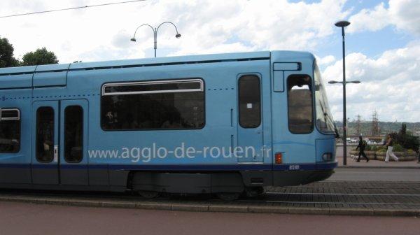 Ancien tramway TFS de Rouen qui passe sur le Pont Jeanne d'Arc