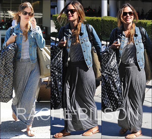 14/09/10 - Rachel à été aperçu toute joyeuse, arrivant à l'aéroport de LAX.