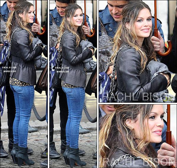 29/09/10 - Rachel quitte le spectacle de Christian Dior, sous la pluie à Paris, en France. UN TOP !  + Rachel se remplit son emploi du temps de tas de nouveaux projets! Bientôt commence un tournage