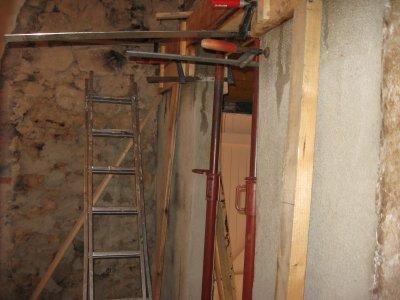 LES GROS TAVAUX-remontage d'un mur avec porte