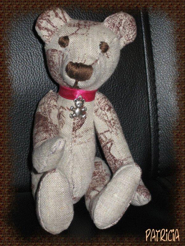 Petit ours en toile de Jouy.
