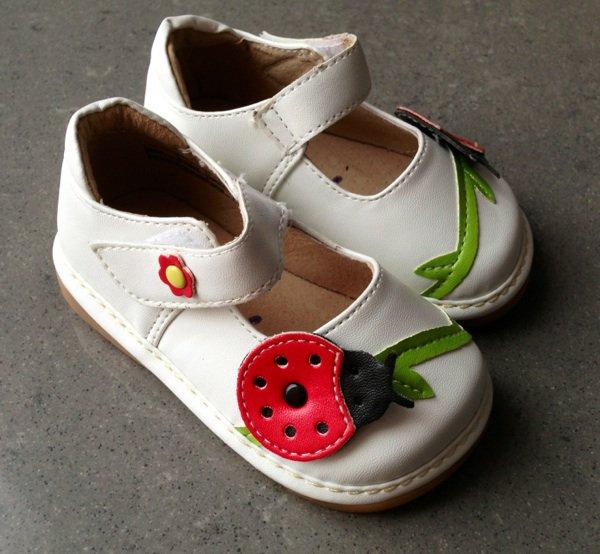 Ma princesse et ses chaussures coccinelles aux pieds :-)