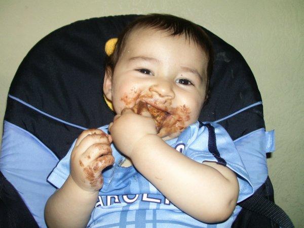 moi que je mange mon gateau au chocolat mdr