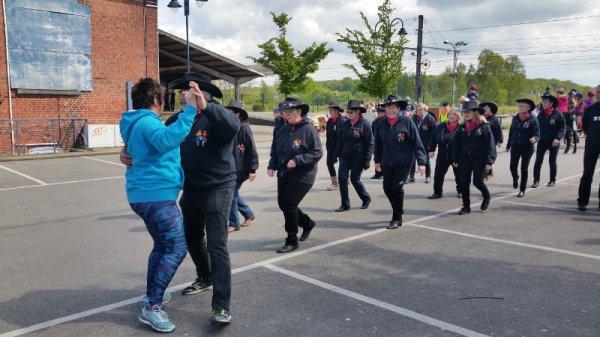 1er mai 2018 : Parade sans frontière Jeumont-Erquelinnes : Echauffement avant de défiler