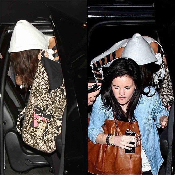 Le 7.23 Selena a était vue arrivant à l'aéroport de LAX à L.A.
