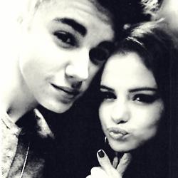 Photo du 7.22 quand Selena a été vue sortant de chez elle avec des amis toujours à la L.A.