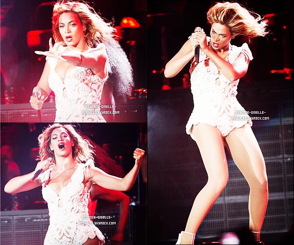 .  31/08/13 : Beyoncé performait au festival Budweiser Made in America dans le cadre de sa tournée mondiale  Elle était magnifique dans sa nouvelle robe blanche créée par Timothy White ! J'adore ses tenues de scène, et vous?  .