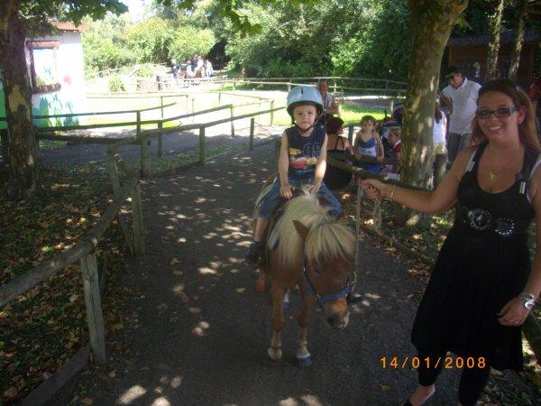 Kylian qui fais de l'âne à walibi