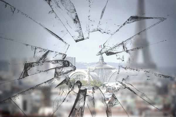 Paysage derrière une vitre brisée