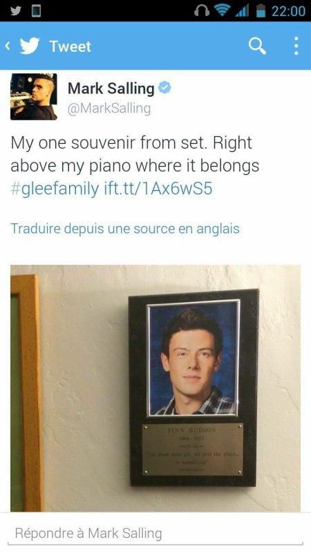 Mark a récupéré la plaquette de Finn. Il l'a accroché au dessus de son piano :,) un bel hommage pour Cory