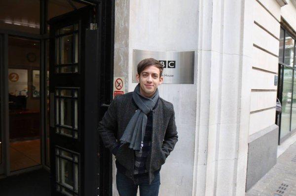 Kevin devant les studios BBC prêt à tourner la saison 2 de Virtually Famous :)