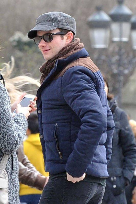 Chris était à Paris hier Il est allé, en compagnie de sa famille et de Will, visiter la Tour Eiffel et Notre Dame de Paris :)