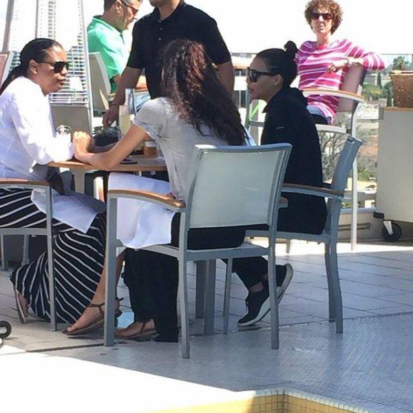 Naya était dimanche midi avec sa maman Yolanda et sa soeur Nickayla au restaurant The Roof on Wilshire :)