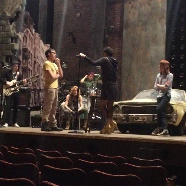 En répétition pour HEDWIG on Broadway. darren en jupe et talons lol