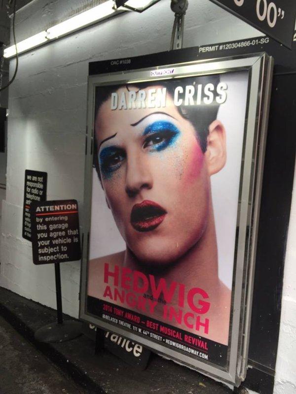 Photo promo de Darren en Hedwig dans les rues de New York :)