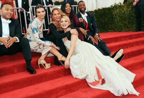 John Legend, Emily Ratajkowski, Chrissy Teigen, Dianna Agron, Gabrielle Union, et Dwyane Wade sur le tapis rouge du Met Gala lundi :)