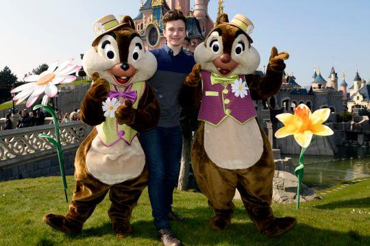 Voici deux nouvelles photos de Chris et sa famille à Disneyland Paris, il y a un peu plus d'un mois maintenant :)