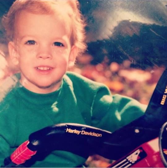 Mark a posté une photo de lui étant enfant sur Twitter Instagram :) <3