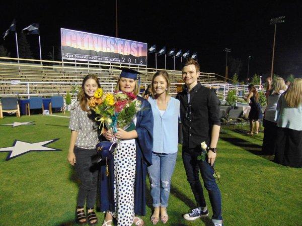 Nouvelles photos de Chris lors de la remise de diplôme de Hannah le 4 juin dernier :)